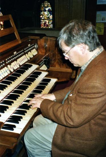 Th. Smets joue de l'orgue